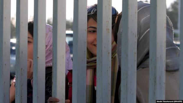 Phải ngồi tù vì xem một trận bóng đá, fan nữ Iran uất ức đến mức tự thiêu - Ảnh 2.