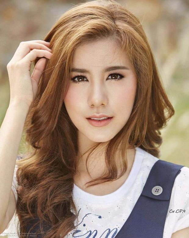 Mỹ nhân Esther Supreeleela xinh đẹp nổi bật tại sân bay Tân Sơn Nhất, sẵn sàng cho buổi công chiếu Thách Yêu 2 Năm - Ảnh 6.