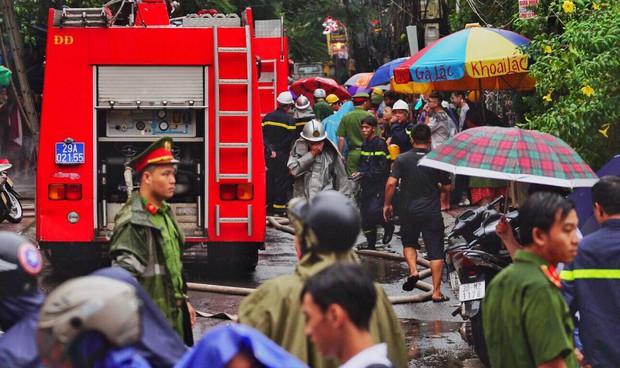 Hà Nội: Cháy lớn tại căn nhà 5 tầng trên phố Núi Trúc, nam thanh niên 17 tuổi mắc kẹt được giải cứu kịp thời - Ảnh 4.