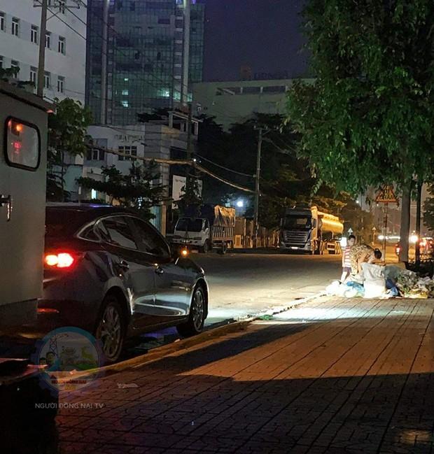 Sát ngày Trung Thu, hành động nhỏ của tài xế ô tô khi gặp mẹ con người phụ nữ nhặt ve chai giữa tối khiến nhiều người ấm lòng - Ảnh 1.