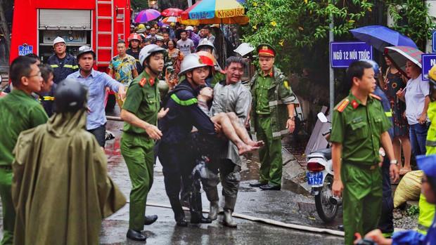 Hà Nội: Cháy lớn tại căn nhà 5 tầng trên phố Núi Trúc, nam thanh niên 17 tuổi mắc kẹt được giải cứu kịp thời - Ảnh 5.