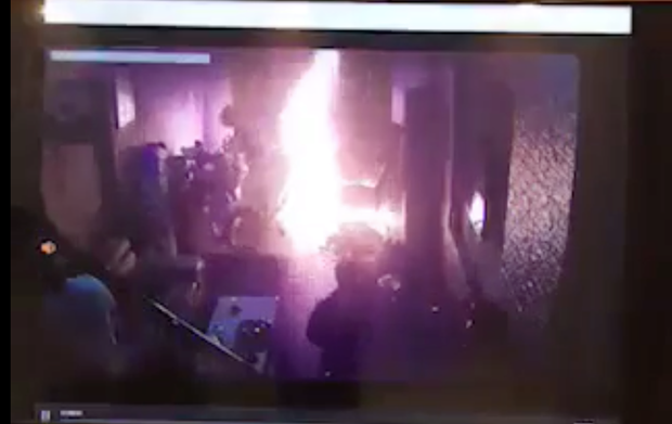 Lửa bốc cháy dữ dội.