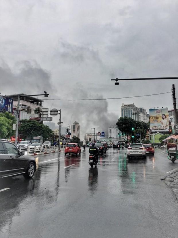 Hà Nội: Cháy lớn tại căn nhà 5 tầng trên phố Núi Trúc, nam thanh niên 17 tuổi mắc kẹt được giải cứu kịp thời - Ảnh 3.