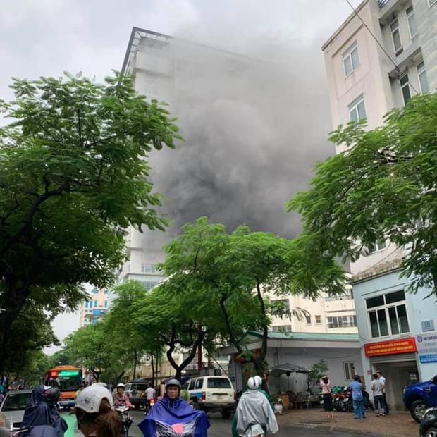 Hà Nội: Cháy lớn tại căn nhà 5 tầng trên phố Núi Trúc, nam thanh niên 17 tuổi mắc kẹt được giải cứu kịp thời - Ảnh 2.