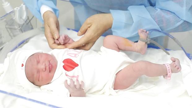 Lê Phương chính thức công khai rõ mặt con gái nhỏ gần 2 tuần tuổi cực dễ thương, sinh vào ngày quá đặc biệt - Ảnh 4.
