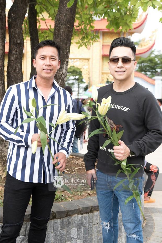 Vợ chồng Hoài Lâm, Trấn Thành cùng dàn nghệ sĩ tề tựu tại nhà thờ của nghệ sĩ Hoài Linh dâng hương cúng tổ nghiệp - Ảnh 10.