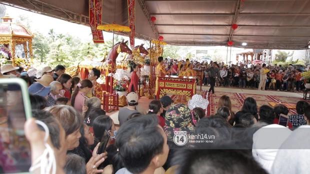 Vợ chồng Hoài Lâm, Trấn Thành cùng dàn nghệ sĩ tề tựu tại nhà thờ của nghệ sĩ Hoài Linh dâng hương cúng tổ nghiệp - Ảnh 30.