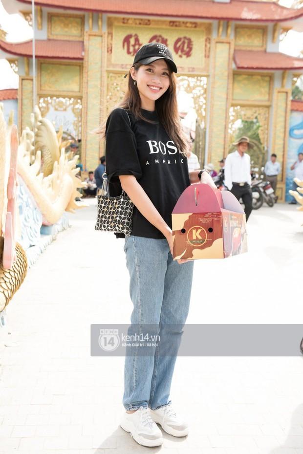 Vợ chồng Hoài Lâm, Trấn Thành cùng dàn nghệ sĩ tề tựu tại nhà thờ của nghệ sĩ Hoài Linh dâng hương cúng tổ nghiệp - Ảnh 11.