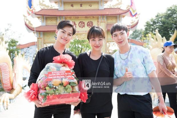 Vợ chồng Hoài Lâm, Trấn Thành cùng dàn nghệ sĩ tề tựu tại nhà thờ của nghệ sĩ Hoài Linh dâng hương cúng tổ nghiệp - Ảnh 8.