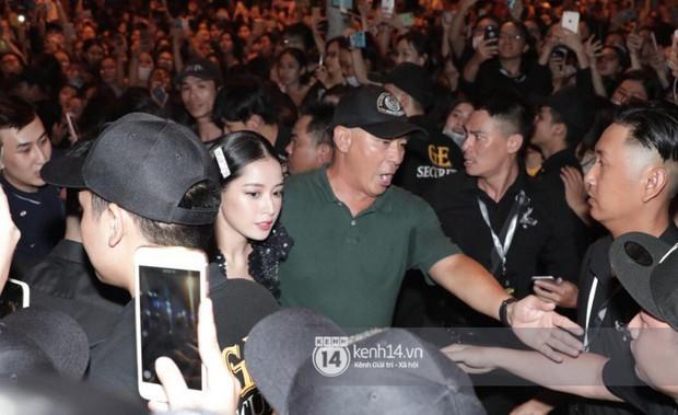 Phía Diệp Lâm Anh thông báo Ji Chang Wook đã ra sân bay, Chi Pu và dàn sao Việt vất vả len lỏi giữa nghìn người vào sự kiện - Ảnh 3.