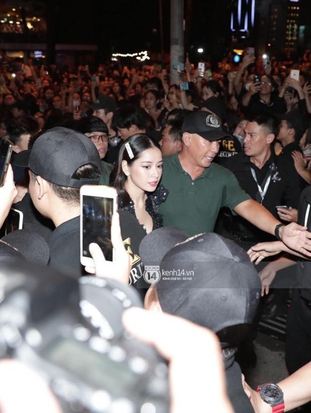 Phía Diệp Lâm Anh thông báo Ji Chang Wook đã ra sân bay, Chi Pu và dàn sao Việt vất vả len lỏi giữa nghìn người vào sự kiện - Ảnh 2.