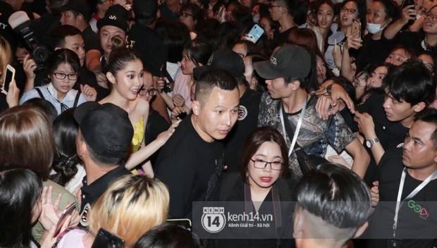 Phía Diệp Lâm Anh thông báo Ji Chang Wook đã ra sân bay, Chi Pu và dàn sao Việt vất vả len lỏi giữa nghìn người vào sự kiện - Ảnh 4.