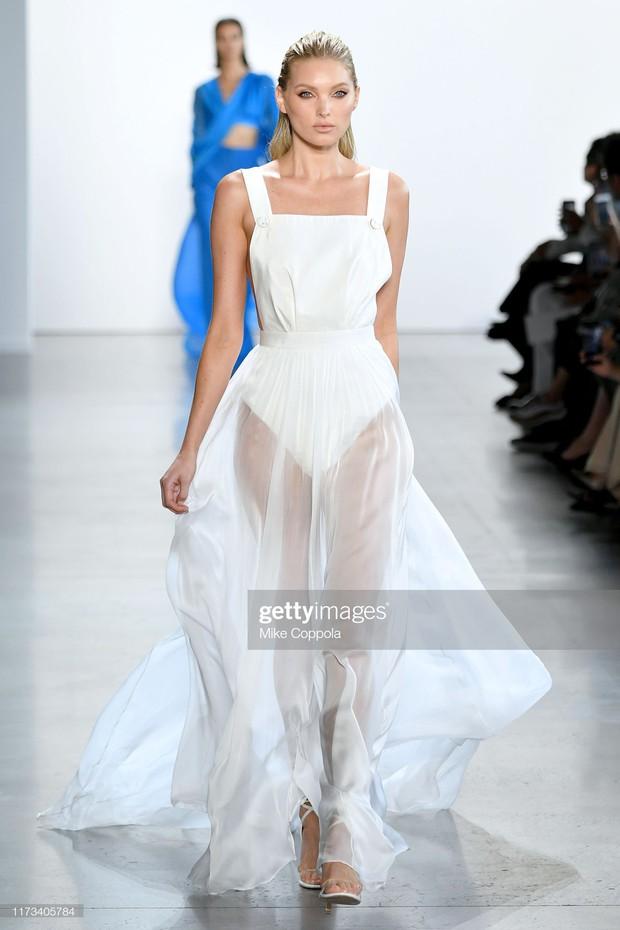 HOT: Thiên thần đẹp nhất Victorias Secret vừa mở màn kiêm luôn vedette cho BST của NTK Công Trí tại New York - Ảnh 1.