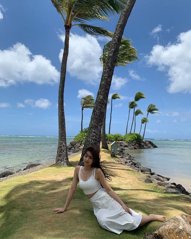 Sống ảo đỉnh như BLACKPINK tại Hawaii: Jennie và Lisa khoe body siêu nuột, Rosé đỉnh nhất mặc kệ ảnh ngược sáng - Ảnh 12.
