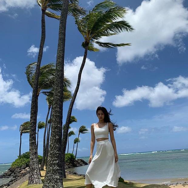 Sống ảo đỉnh như BLACKPINK tại Hawaii: Jennie và Lisa khoe body siêu nuột, Rosé đỉnh nhất mặc kệ ảnh ngược sáng - Ảnh 13.