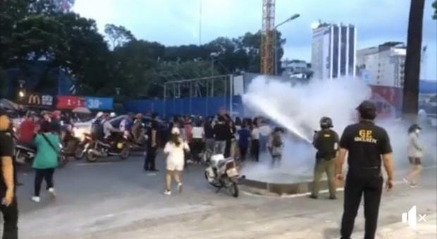 Hình ảnh an ninh sự kiện Ji Chang Wook dùng bình cứu hoả xịt thẳng vào fan: Cách giải tán đám đông quá thô lỗ và thiếu tôn trọng! - Ảnh 2.