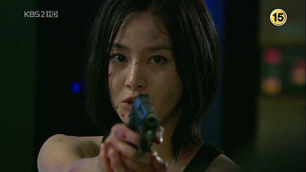 5 đả nữ xinh đẹp lạnh lùng trên phim Hàn: Kim Tae Hee võ công thâm hậu vẫn chưa bằng Soo Ae diệt địch trong phút mốt - Ảnh 3.