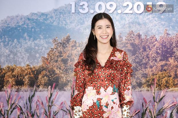Jun Vũ diện đầm hở bạo chặt đẹp mỹ nhân Thái Esther kín cổng cao tường tại họp báo Thách Yêu 2 Năm - Ảnh 1.