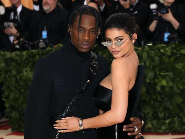 Ngày nảy ngày nay, Kylie Jenner nude 100% ôm chồng dưới tán cây, nhìn thấy vòng 3 mà nóng bỏng tay - Ảnh 3.
