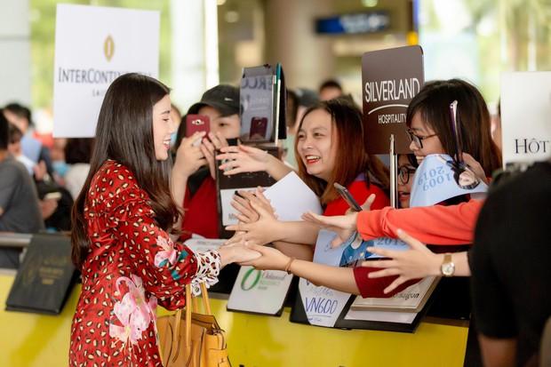 Mỹ nhân Esther Supreeleela xinh đẹp nổi bật tại sân bay Tân Sơn Nhất, sẵn sàng cho buổi công chiếu Thách Yêu 2 Năm - Ảnh 3.