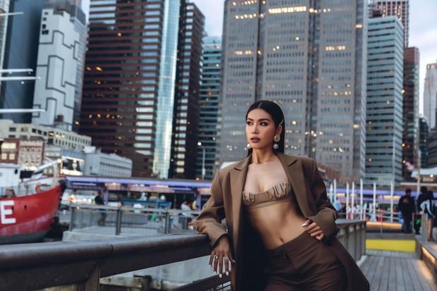 Minh Tú diện áo bé xíu khoe triệt để vòng một và cơ bụng nóng bỏng, tự tin sải bước tại kinh đô thời trang New York - Ảnh 2.