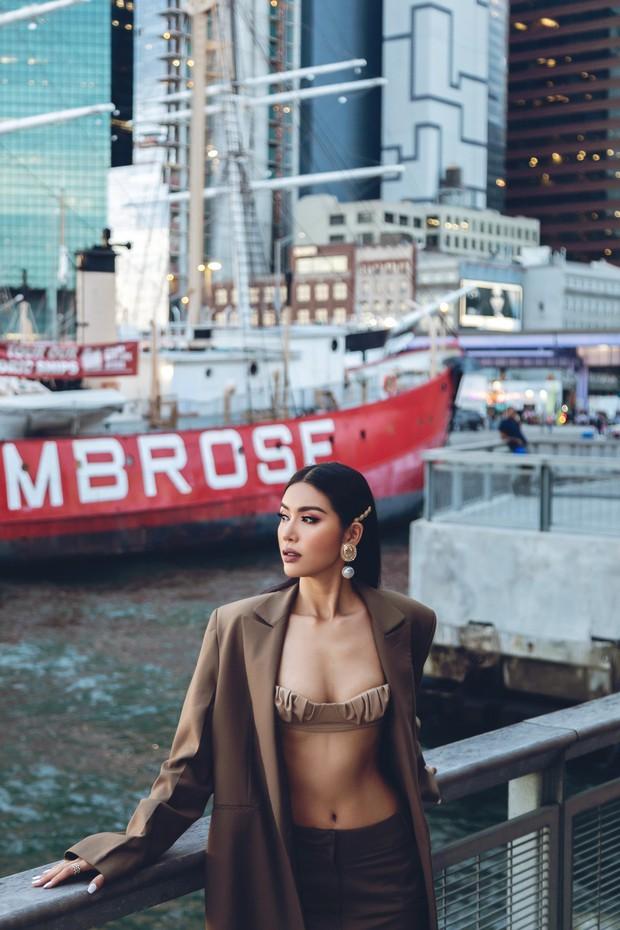 Minh Tú diện áo bé xíu khoe triệt để vòng một và cơ bụng nóng bỏng, tự tin sải bước tại kinh đô thời trang New York - Ảnh 4.