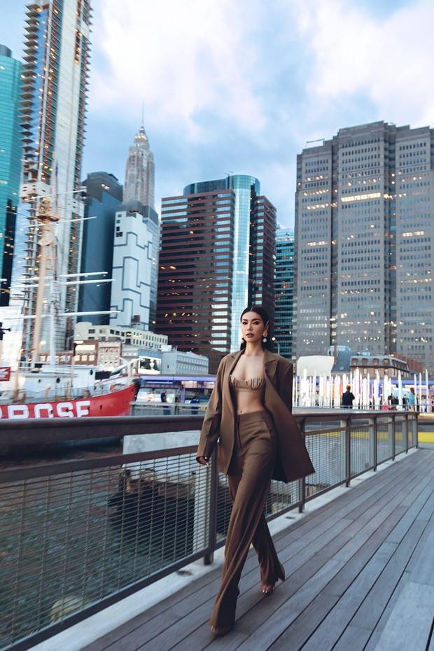 Minh Tú diện áo bé xíu khoe triệt để vòng một và cơ bụng nóng bỏng, tự tin sải bước tại kinh đô thời trang New York - Ảnh 5.