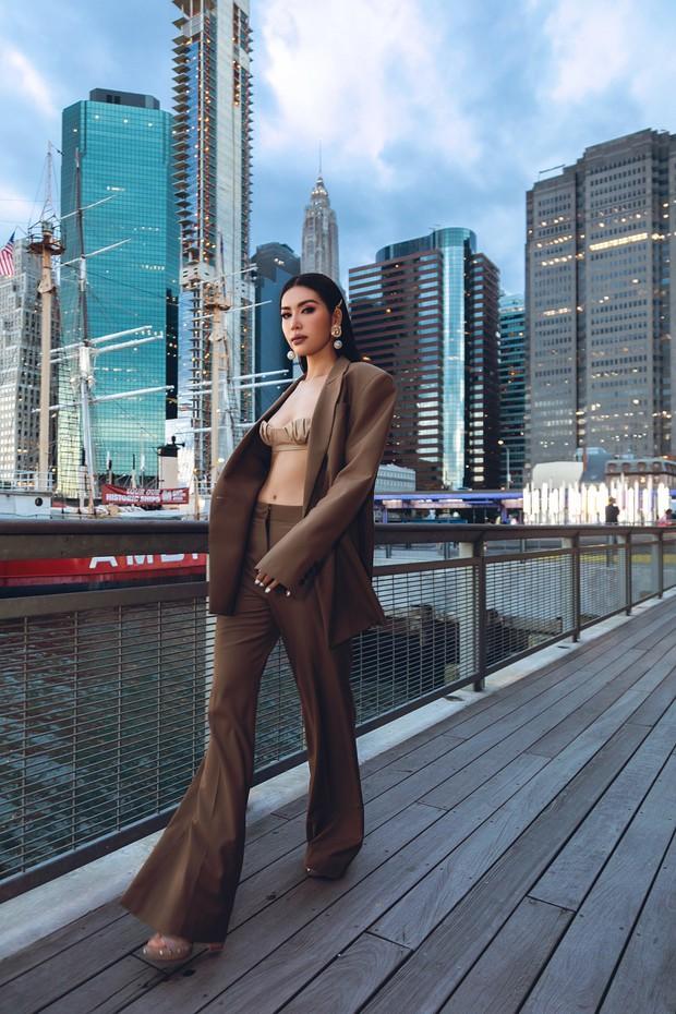 Minh Tú diện áo bé xíu khoe triệt để vòng một và cơ bụng nóng bỏng, tự tin sải bước tại kinh đô thời trang New York - Ảnh 6.