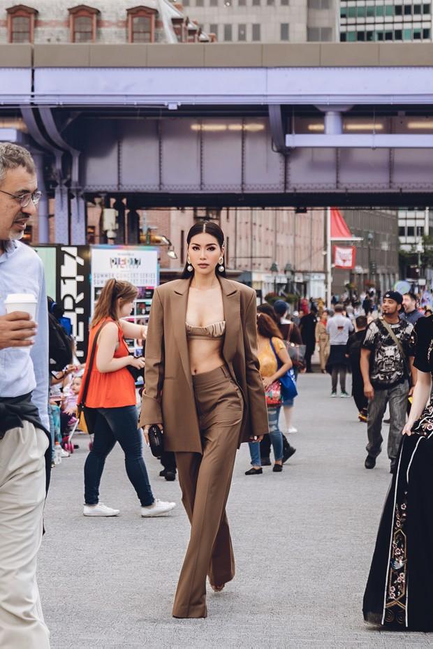 Minh Tú diện áo bé xíu khoe triệt để vòng một và cơ bụng nóng bỏng, tự tin sải bước tại kinh đô thời trang New York - Ảnh 9.