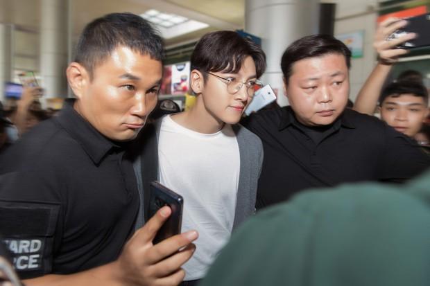 Ji Chang Wook quá bảnh, lộ góc nghiêng cực phẩm dù chật vật thoát khỏi biển fan đông đến nghẹt thở tại sân bay Tân Sơn Nhất - Ảnh 7.