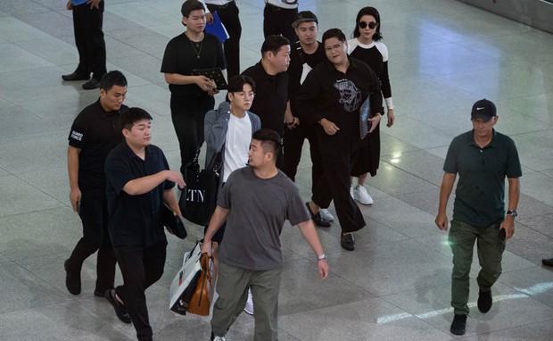 Ji Chang Wook quá bảnh, lộ góc nghiêng cực phẩm dù chật vật thoát khỏi biển fan đông đến nghẹt thở tại sân bay Tân Sơn Nhất - Ảnh 6.