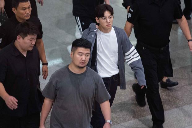 Ji Chang Wook quá bảnh, lộ góc nghiêng cực phẩm dù chật vật thoát khỏi biển fan đông đến nghẹt thở tại sân bay Tân Sơn Nhất - Ảnh 5.