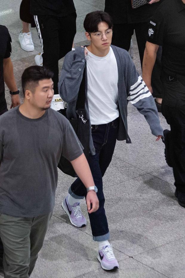 Ji Chang Wook quá bảnh, lộ góc nghiêng cực phẩm dù chật vật thoát khỏi biển fan đông đến nghẹt thở tại sân bay Tân Sơn Nhất - Ảnh 4.