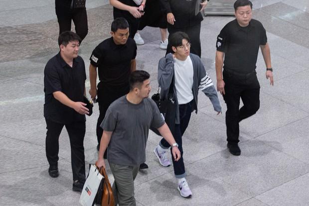 Ji Chang Wook quá bảnh, lộ góc nghiêng cực phẩm dù chật vật thoát khỏi biển fan đông đến nghẹt thở tại sân bay Tân Sơn Nhất - Ảnh 3.