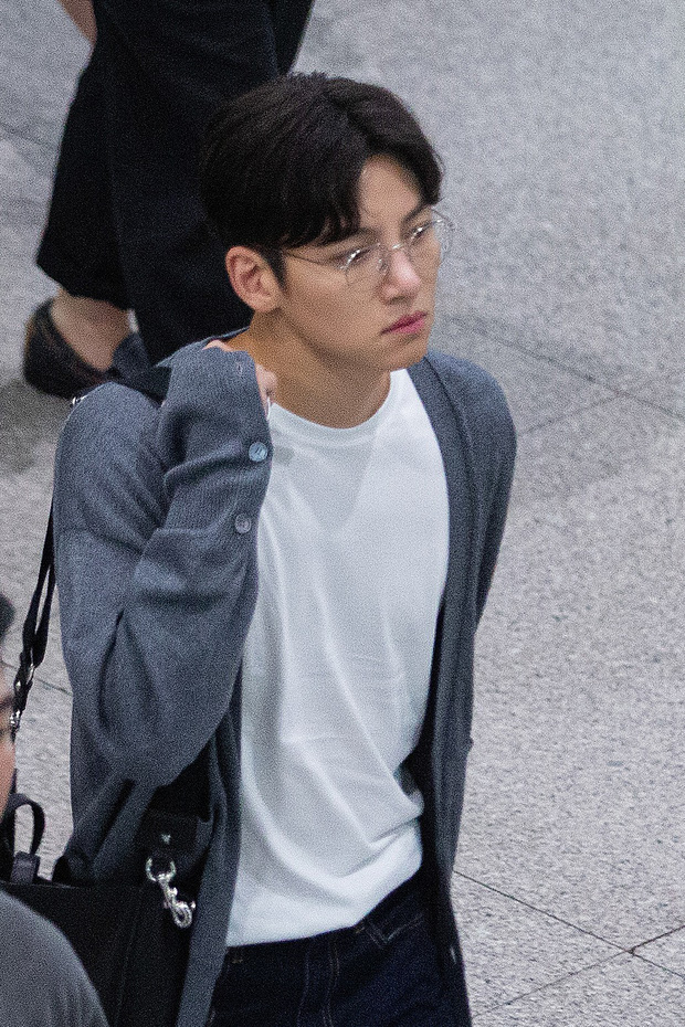Ji Chang Wook quá bảnh, lộ góc nghiêng cực phẩm dù chật vật thoát khỏi biển fan đông đến nghẹt thở tại sân bay Tân Sơn Nhất - Ảnh 2.