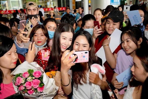 Mỹ nhân Esther Supreeleela xinh đẹp nổi bật tại sân bay Tân Sơn Nhất, sẵn sàng cho buổi công chiếu Thách Yêu 2 Năm - Ảnh 5.