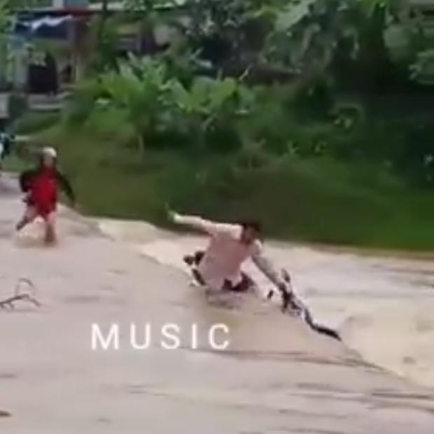 Clip: Cố băng qua cầu giữa dòng lũ dữ, người đàn ông may mắn thoát nạn thẫn thờ nhìn xe máy bị nước cuốn trôi - Ảnh 2.