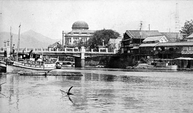 Ám ảnh cảnh trái ngược nhau ở Hiroshima trước và sau khi bị ném bom - Ảnh 2.
