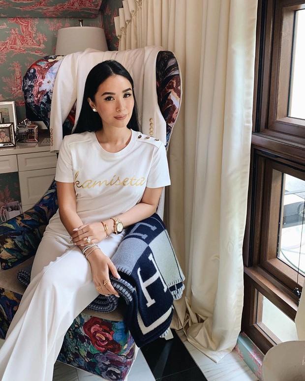 Vị phu nhân thượng nghị sĩ - bạn thân Hà Tăng có cách diện áo phông trắng rất sang xịn, nàng công sở nên học theo ngay - Ảnh 2.
