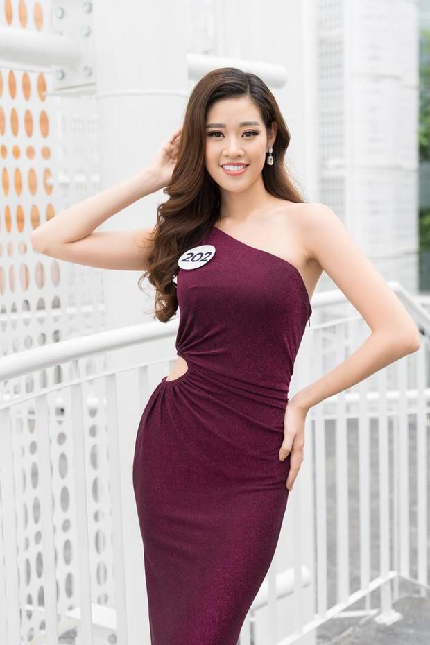 Thách thức cả dàn thí sinh Miss Universe Vietnam 2019, học trò Hương Giang catwalk thần sầu trên đôi giày cà kheo cao cả tấc - Ảnh 1.
