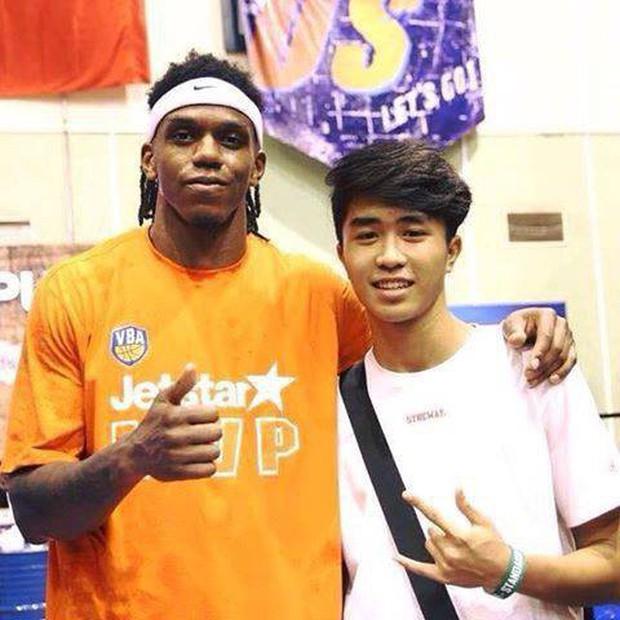 Bất ngờ bắt gặp hình ảnh Nguyễn Thanh Tùng, chàng trai bị dính căn bệnh ung thư xương quái ác tại Game 2 VBA Finals 2019 - Ảnh 1.