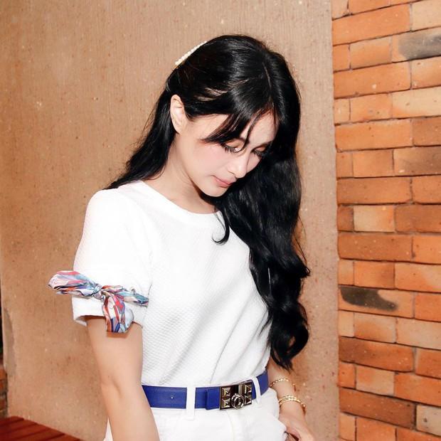 Vị phu nhân thượng nghị sĩ - bạn thân Hà Tăng có cách diện áo phông trắng rất sang xịn, nàng công sở nên học theo ngay - Ảnh 3.