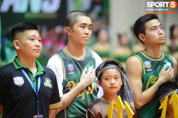 Bất ngờ bắt gặp hình ảnh Nguyễn Thanh Tùng, chàng trai bị dính căn bệnh ung thư xương quái ác tại Game 2 VBA Finals 2019 - Ảnh 3.