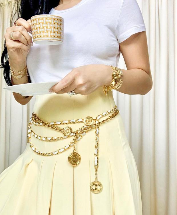 Vị phu nhân thượng nghị sĩ - bạn thân Hà Tăng có cách diện áo phông trắng rất sang xịn, nàng công sở nên học theo ngay - Ảnh 4.