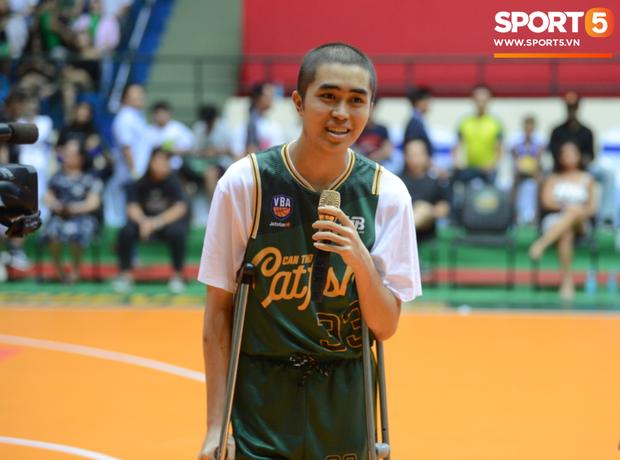 Bất ngờ bắt gặp hình ảnh Nguyễn Thanh Tùng, chàng trai bị dính căn bệnh ung thư xương quái ác tại Game 2 VBA Finals 2019 - Ảnh 4.
