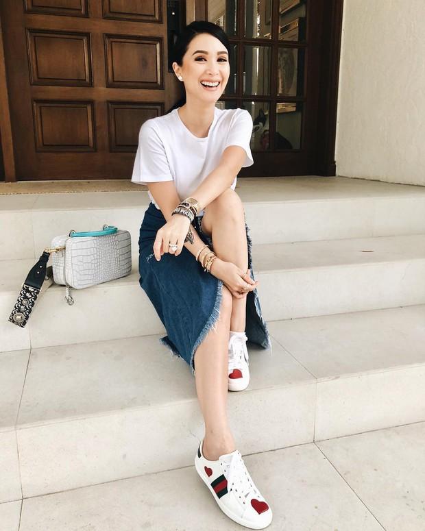 Vị phu nhân thượng nghị sĩ - bạn thân Hà Tăng có cách diện áo phông trắng rất sang xịn, nàng công sở nên học theo ngay - Ảnh 5.