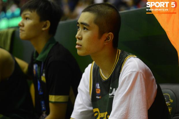 Bất ngờ bắt gặp hình ảnh Nguyễn Thanh Tùng, chàng trai bị dính căn bệnh ung thư xương quái ác tại Game 2 VBA Finals 2019 - Ảnh 5.