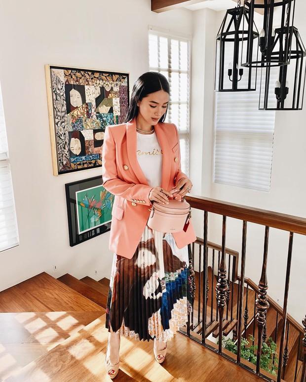 Vị phu nhân thượng nghị sĩ - bạn thân Hà Tăng có cách diện áo phông trắng rất sang xịn, nàng công sở nên học theo ngay - Ảnh 7.