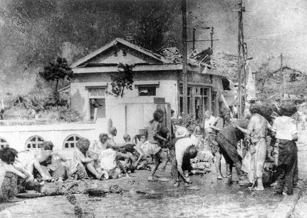 Những người sống sót khi quả bom nguyên tử đầu tiên thả xuống Hiroshima đang chờ được cấp cứu khẩn cấp ngày 6/8/1945.