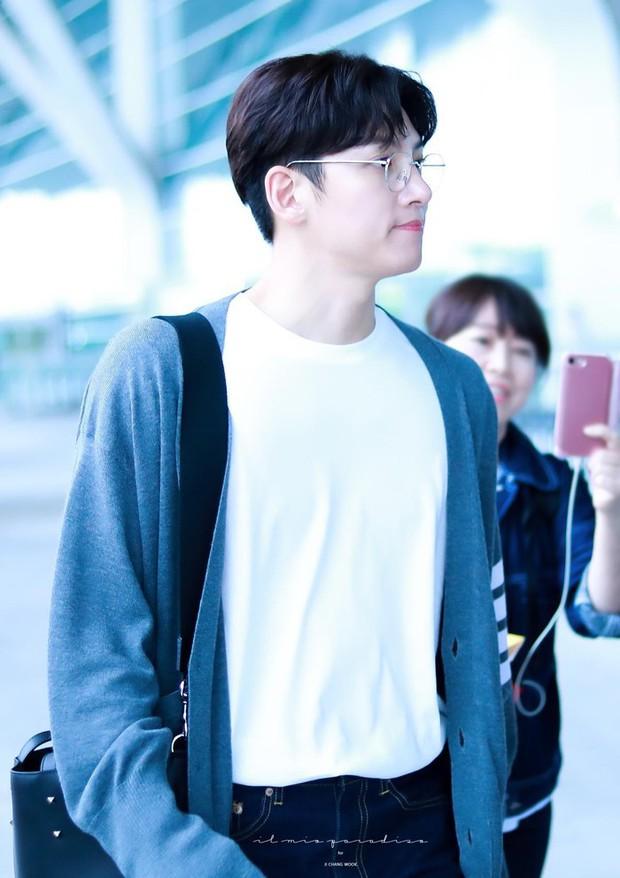Ji Chang Wook quá bảnh, lộ góc nghiêng cực phẩm dù chật vật thoát khỏi biển fan đông đến nghẹt thở tại sân bay Tân Sơn Nhất - Ảnh 12.